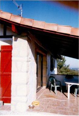 Décoraction d'un façade en pierre type basque